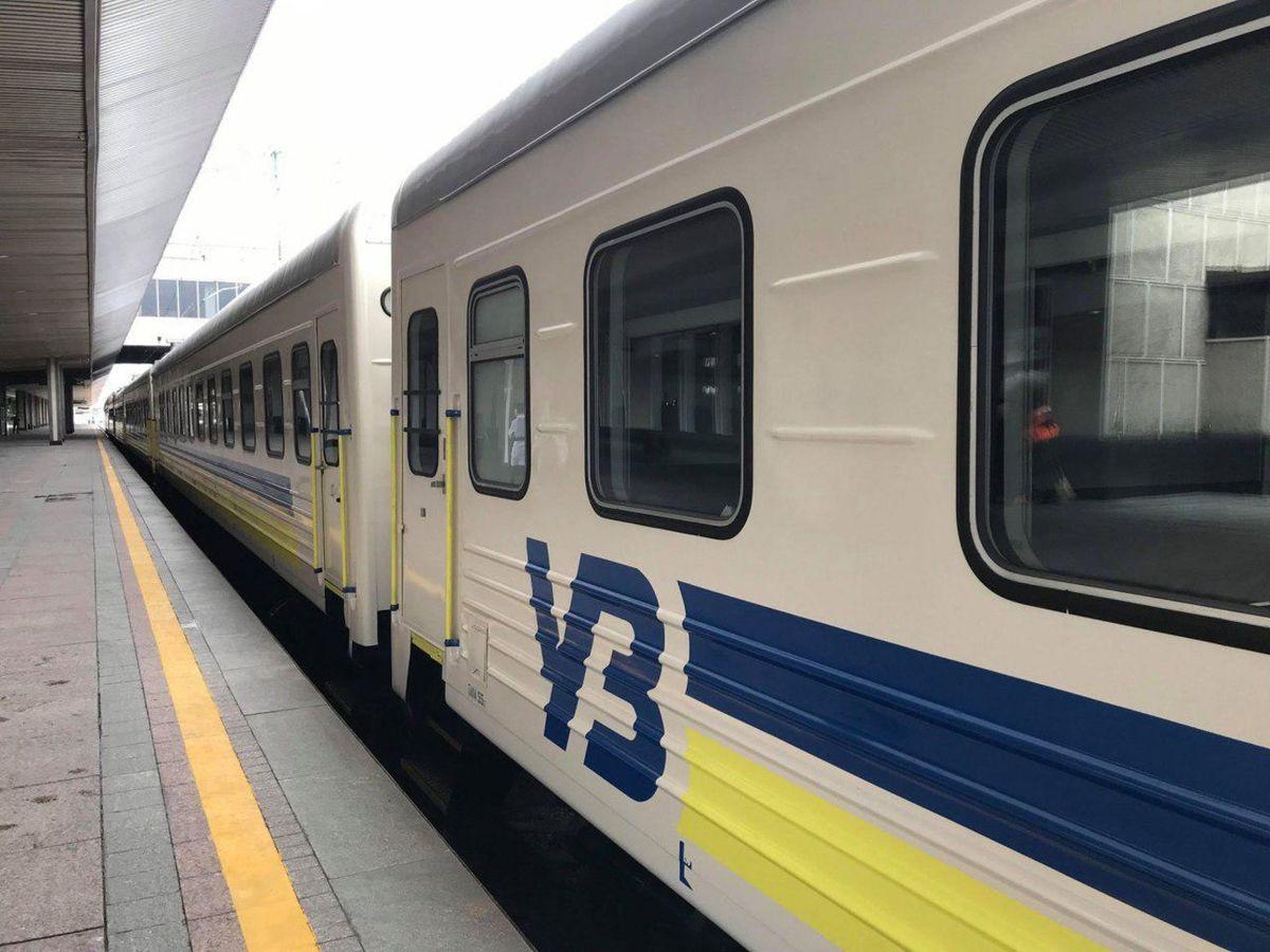 У потязі Київ-Бердянськ 60-річній жінці перебило хребет верхньою полицею, що впала разом з пасажиром