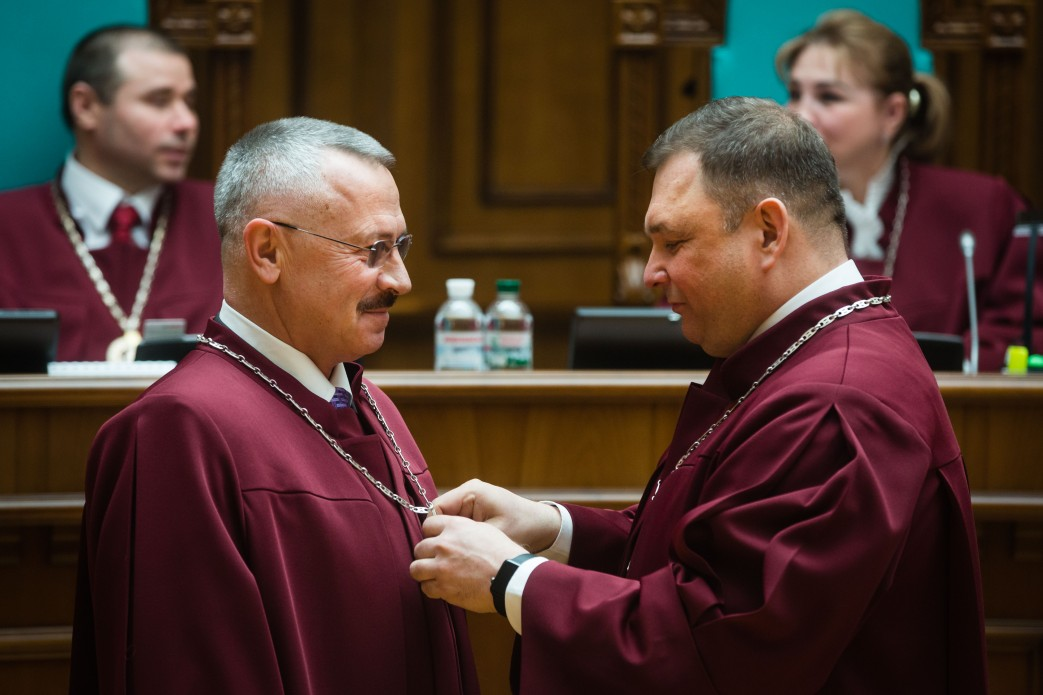 Судді Конституційного Суду хочуть вигнати Головатого